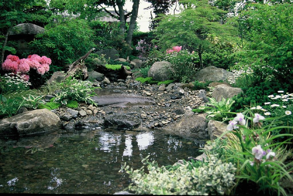 滝のある庭 ひかるガーデンズ